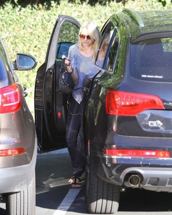 Naomi Watts drives Audi Q7