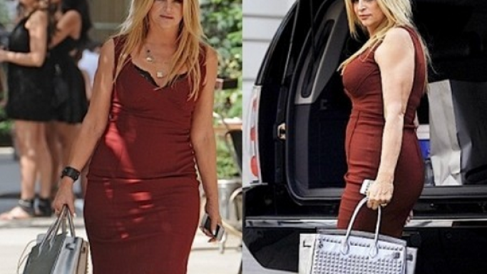 Kristie flaunted her $10,000 high-end designer handbag while shopping.